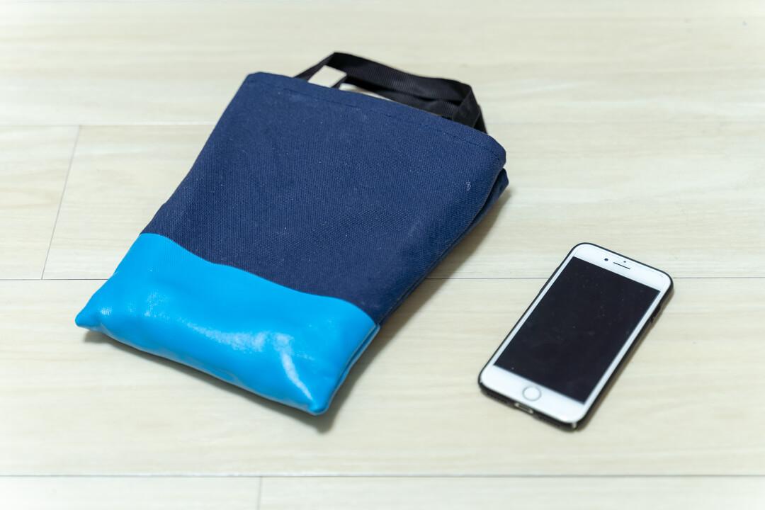 mabroのミニフォールディングスツールの大きさをiPhoneと比較