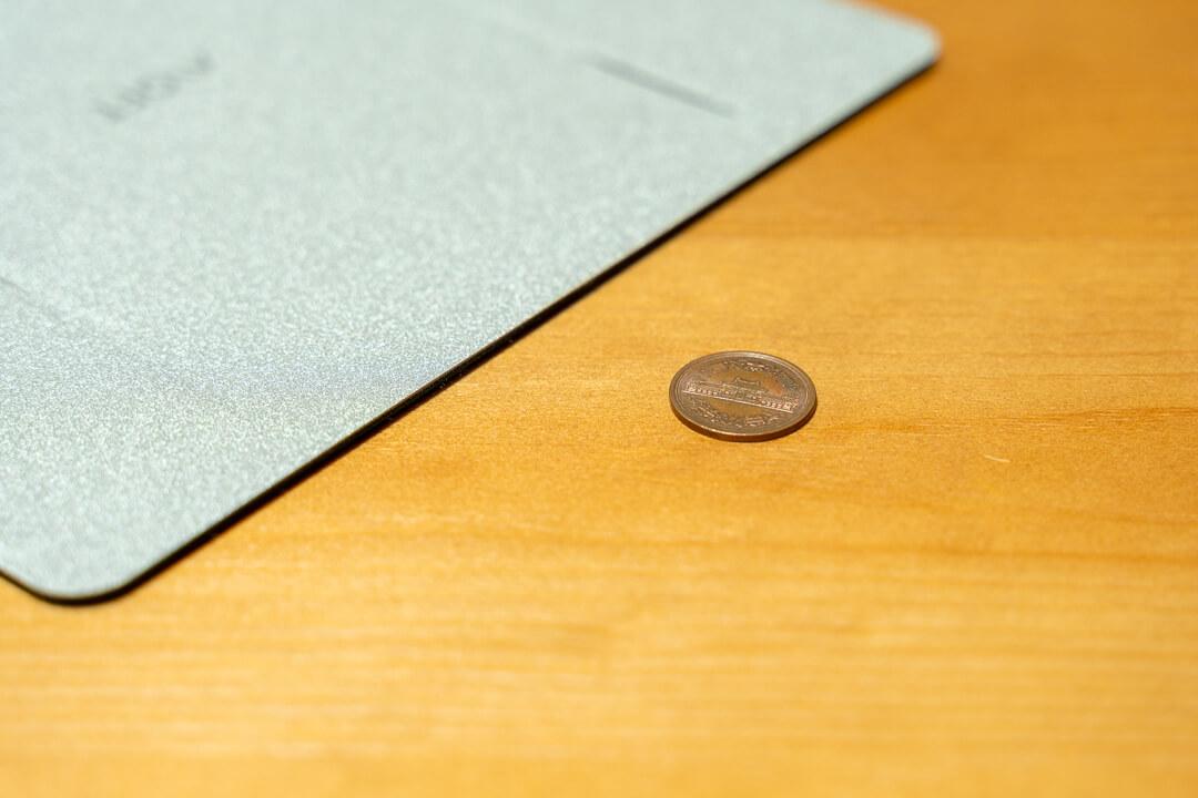 MOFTノートパソコンスタンドの薄さを小銭を並べて比較
