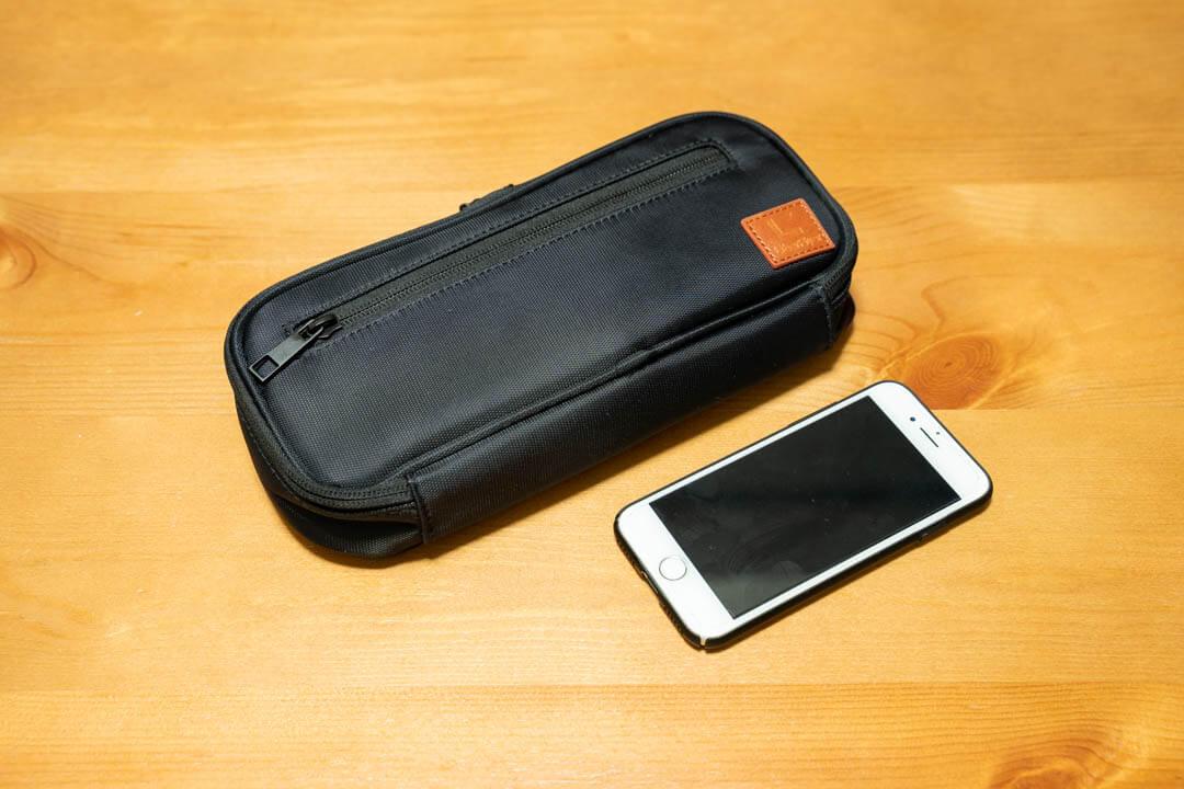 ガジェットポーチ mono-X(モノクロス)の大きさをiPhoneと比較する写真
