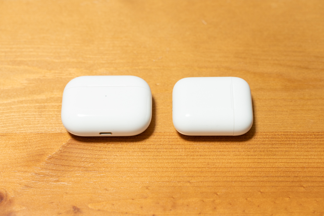 pple AirPods ProとAirPods(第2世代)のケースを並べて、大きさを比較