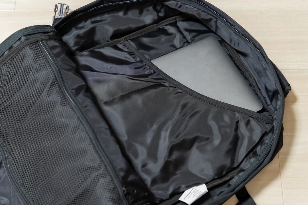 キャビンゼロにポケットにノートパソコンを入れている写真