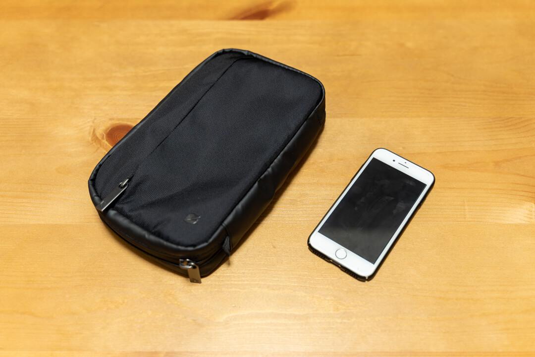 Incase(インケース) トラベルオーガナイザーの大きさをiPhoneと比較した写真