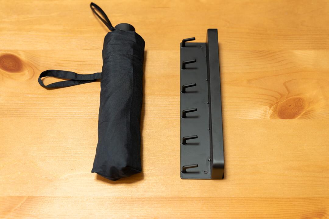 山崎実業 マグネットキーフック&トレイの大きさを折りたたみ傘と比較