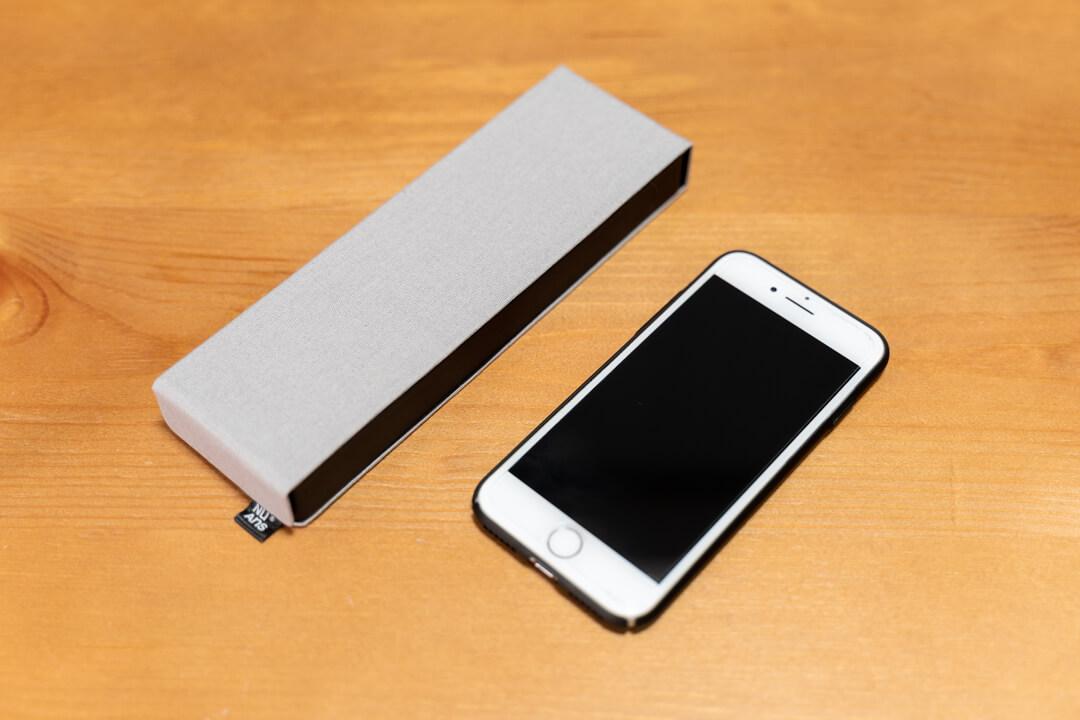 NuAns(ニュアンス) FLIPTRAYとiPhoneの大きさを比較した写真
