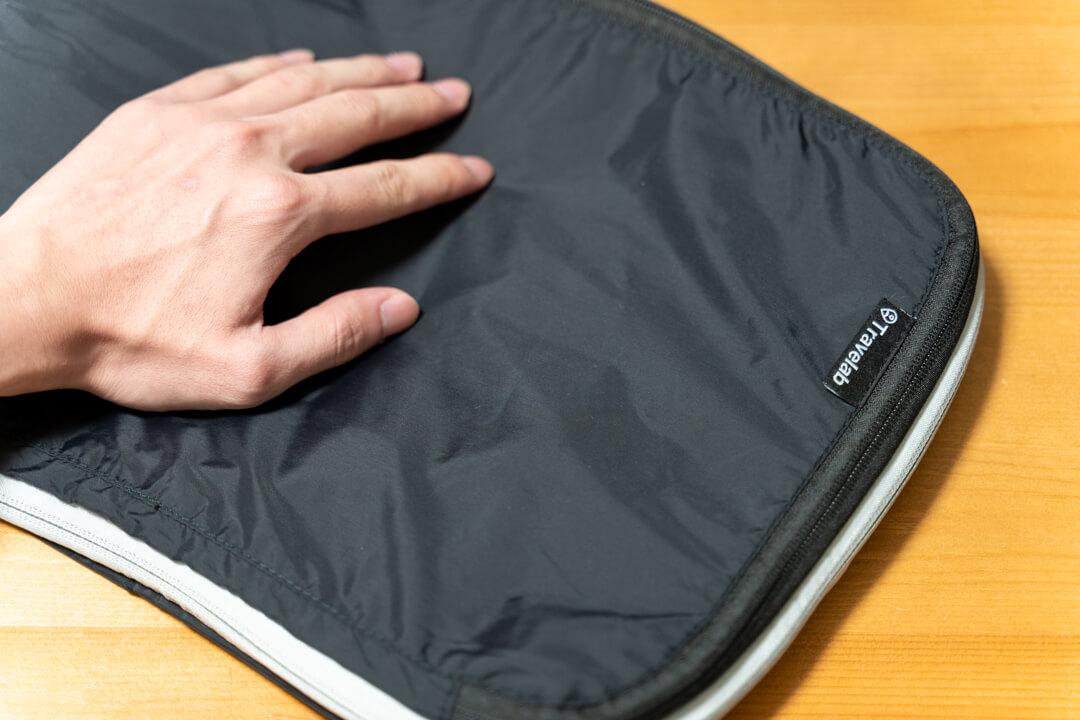Travelab(トラべラブ)圧縮バッグの手触りをチェックしている様子