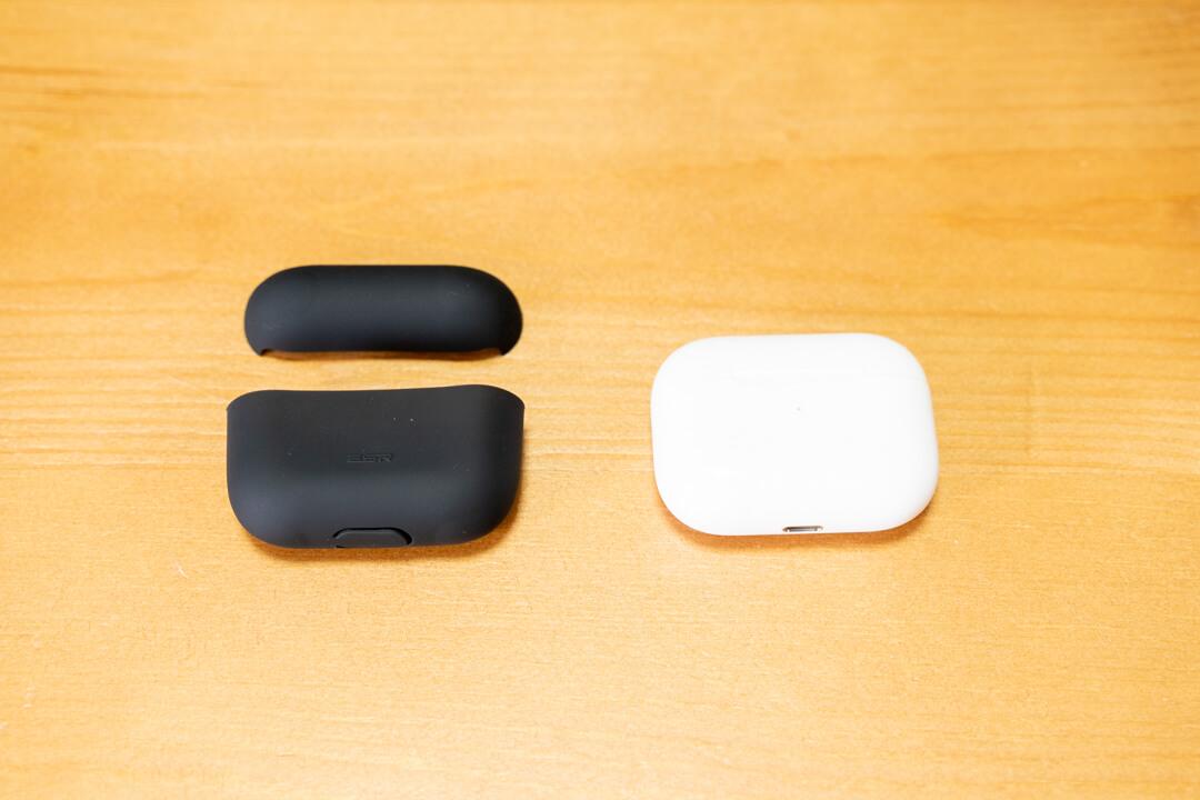 AirPods Pro(エアーポッズプロ)と保護ケースを並べている写真