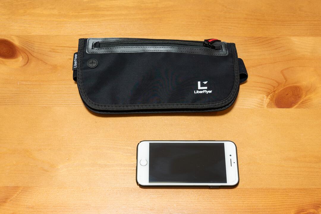LiberFlyer(リバーフライヤー)セキュリポの大きさをiPhone比較している写真
