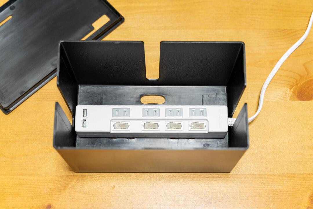 サンワサプライのUSBポートを2つ搭載した4個口電源タップをケーブルボックスの中に収納