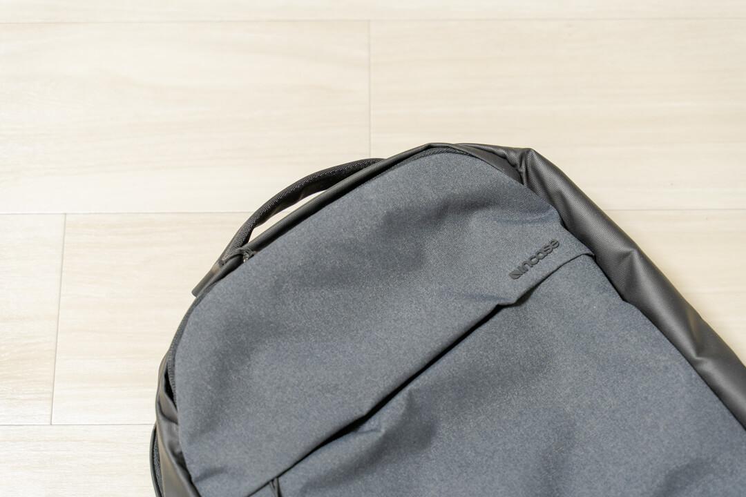 Incase city compact backpackのキャリーハンドルを撮影