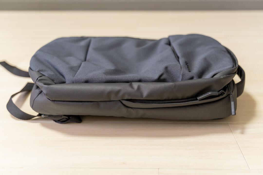 Incase city compact backpackを横から撮影した写真