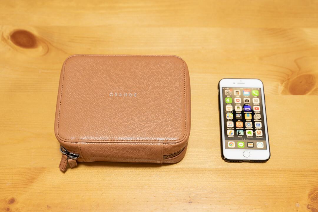 THE PODの大きさをiPhoneと比較する様子