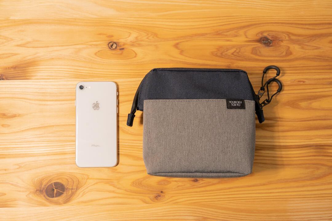 ユウボク東京・デイズポーチの大きさをiPhoneと比較している写真