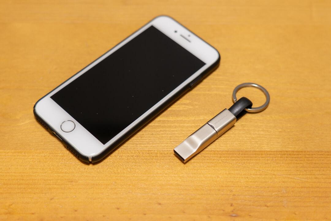 HIGH FIVEの大きさをスマートフォンと比較している様子