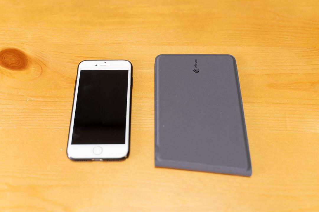 iClever IC-BK06のとなりにiPhoneをおいて大きさを比較する様子