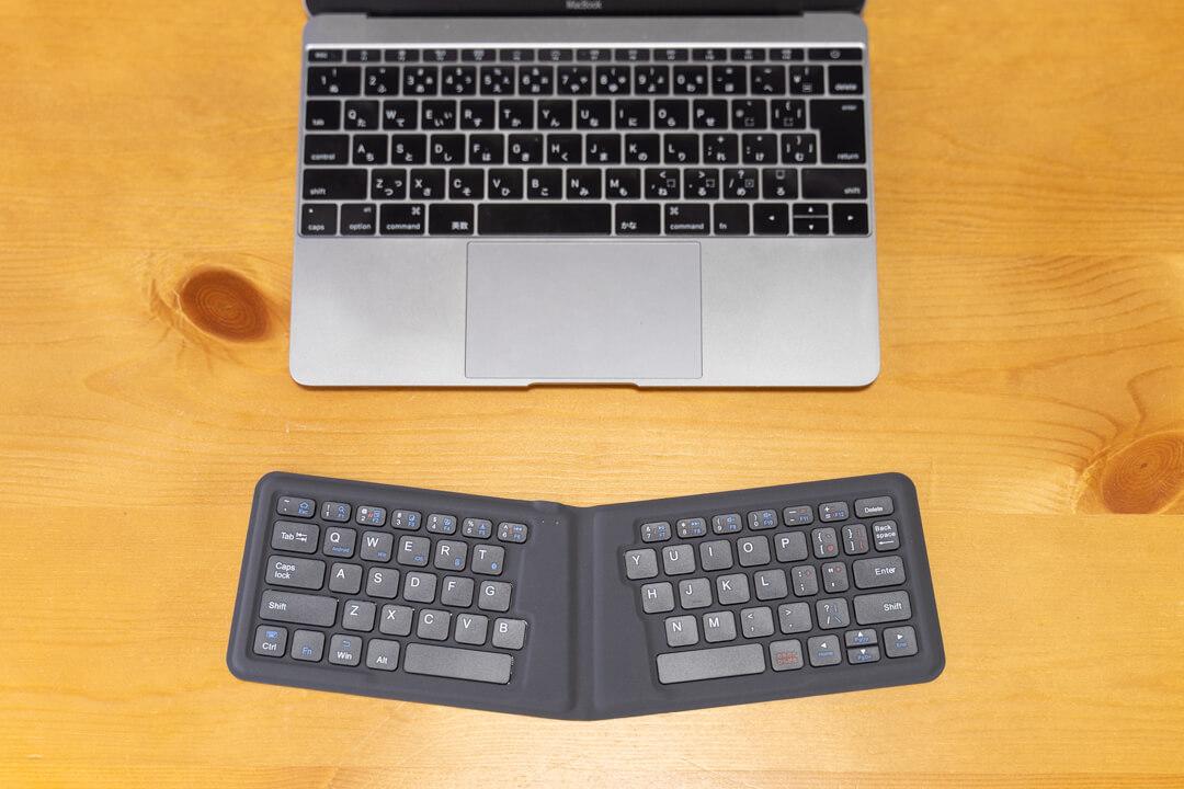 iClever IC-BK06の広げた状態をmacbookのキーボードと比較
