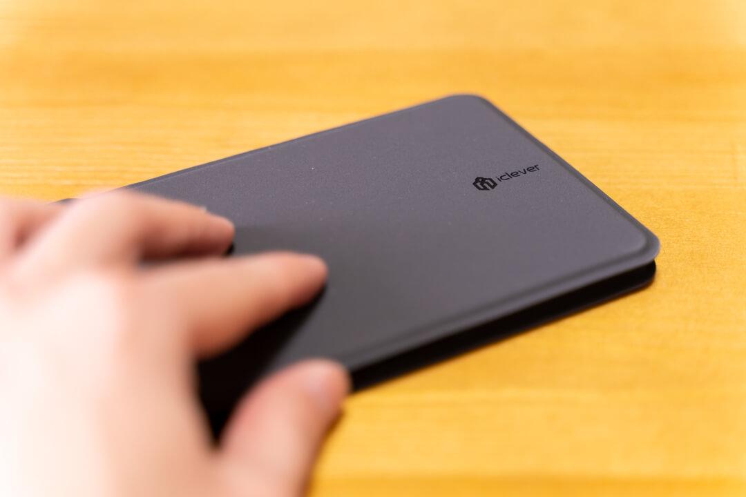 iClever IC-BK06を手で触れている様子