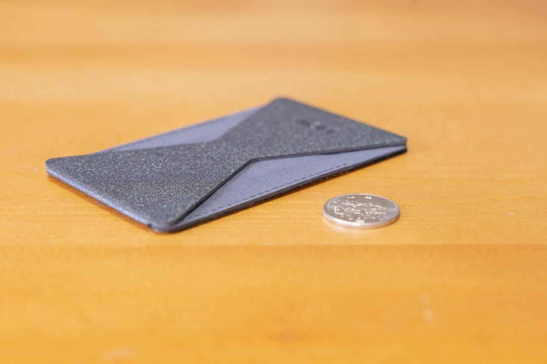 MOFT X スマホスタンドの厚さをコインと比較した写真