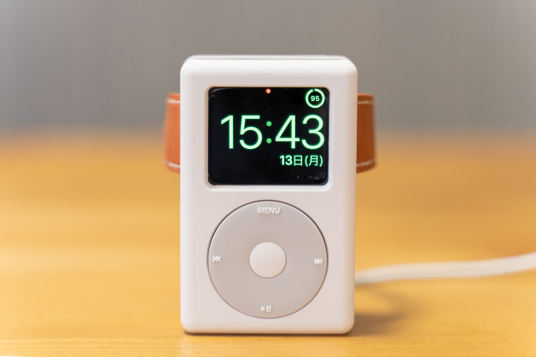 elagoのW6 stand for apple watchで充電する様子