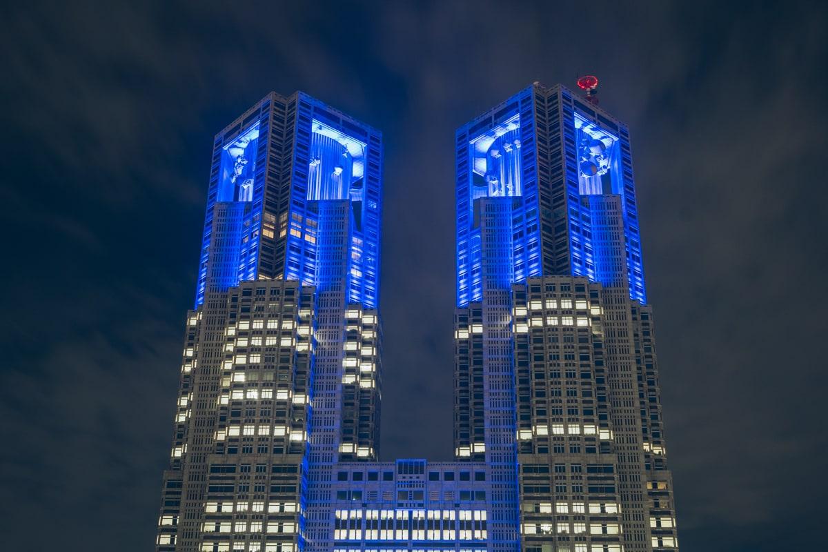 青くライトアップされる都庁第一庁舎を京王プラザホテルから撮影