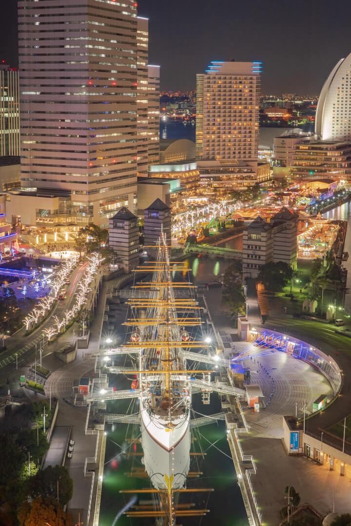ニューオータニイン横浜プレミアムの客室から撮影した日本丸メモリアルパークとみなとみらいの街並み