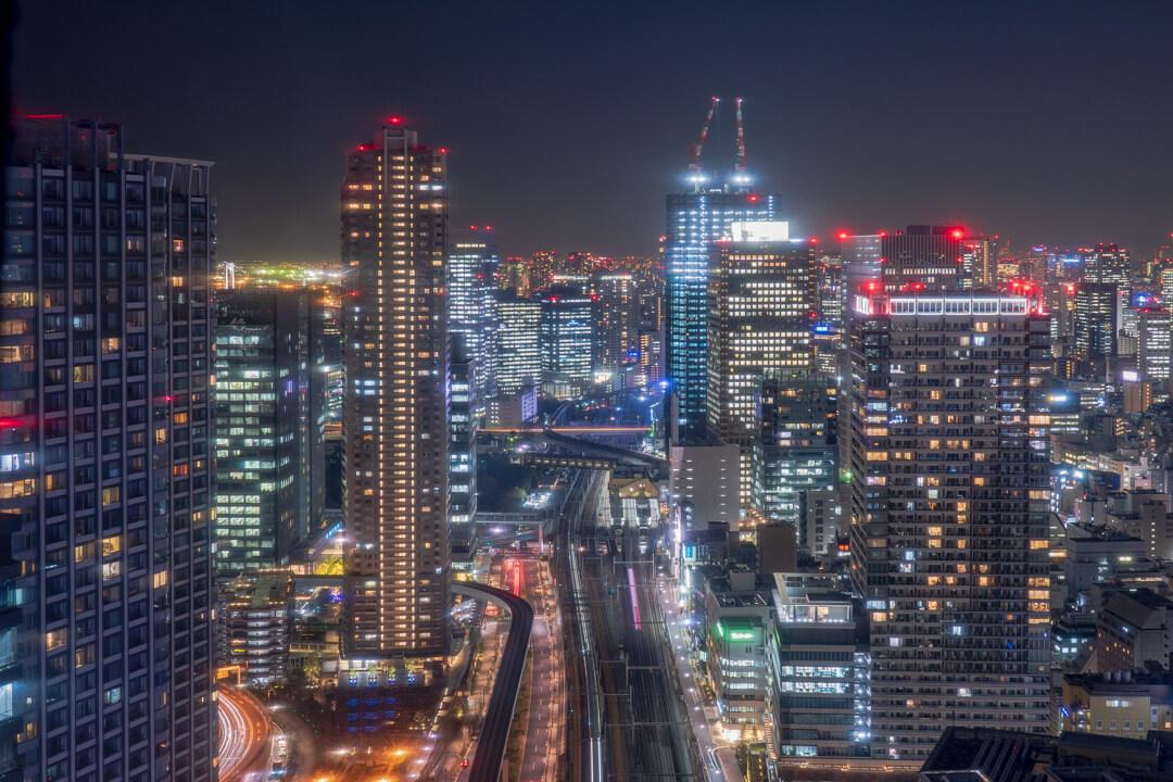 パークホテル東京から眺める浜松町駅周辺の高層ビル群の夜景