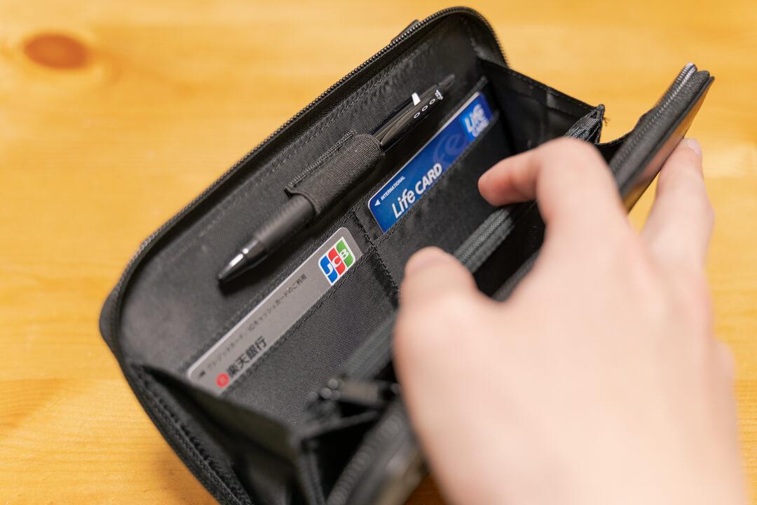 LiberFlyer パスフィットにカード類とボールペンを収納する様子