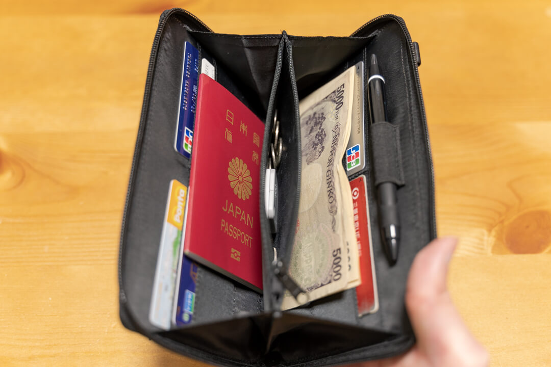 LiberFlyer パスフィットにパスポートとカード類を収納している様子