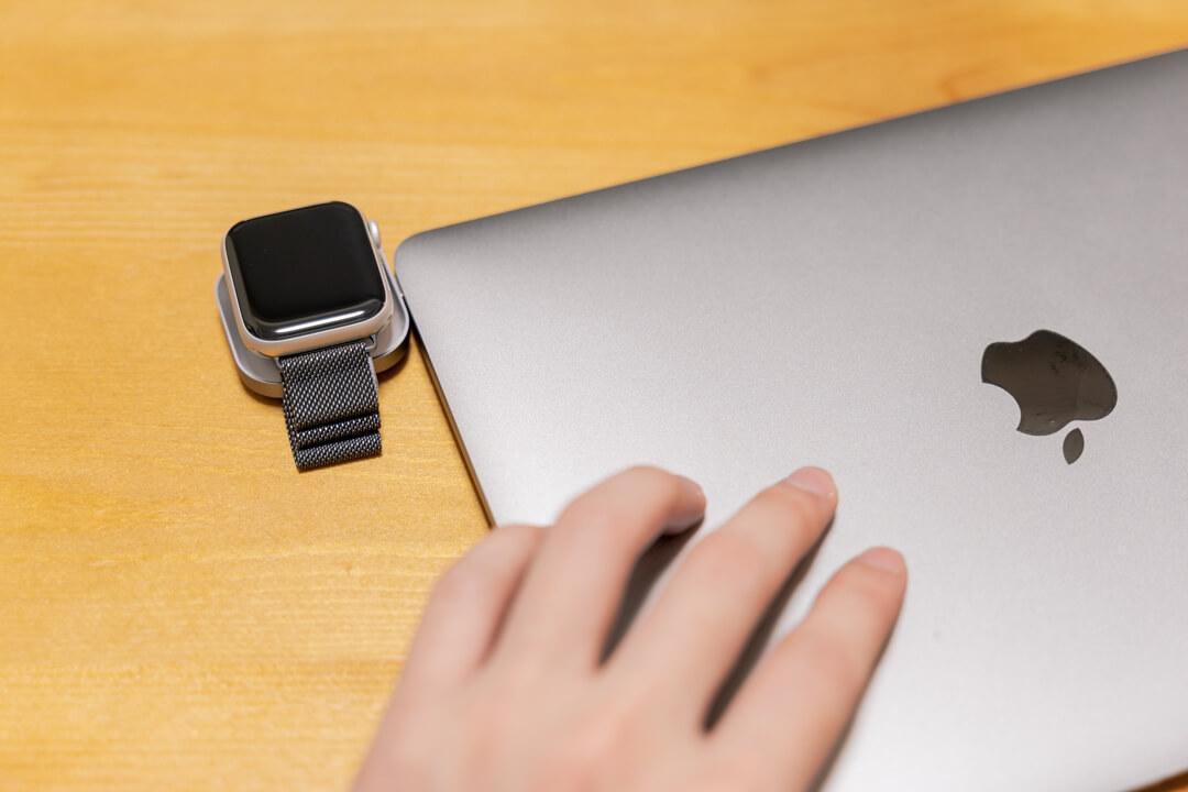 Satechi USB-C Apple Watch 充電ドックをMacBookに挿した様子