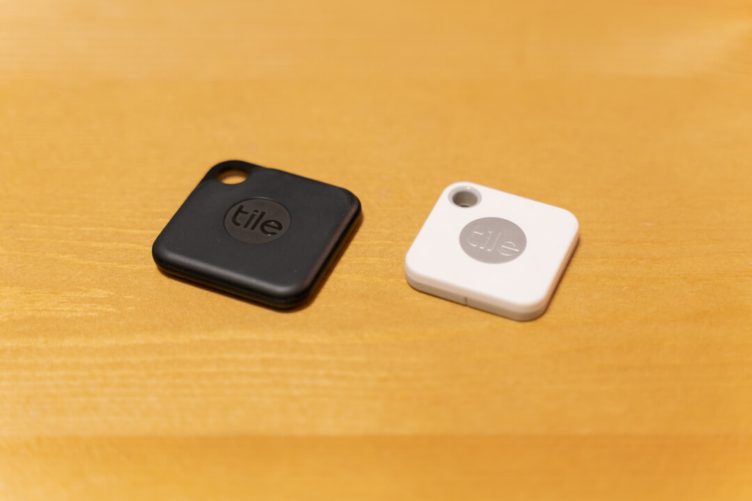 紛失防止タグTile ProとTile Mateの大きさを比較している写真