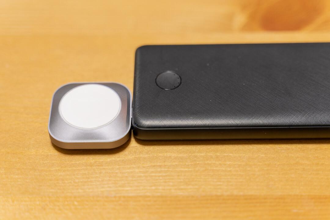 Satechi USB-C Apple Watch 充電ドックをモバイルバッテリーに挿した様子