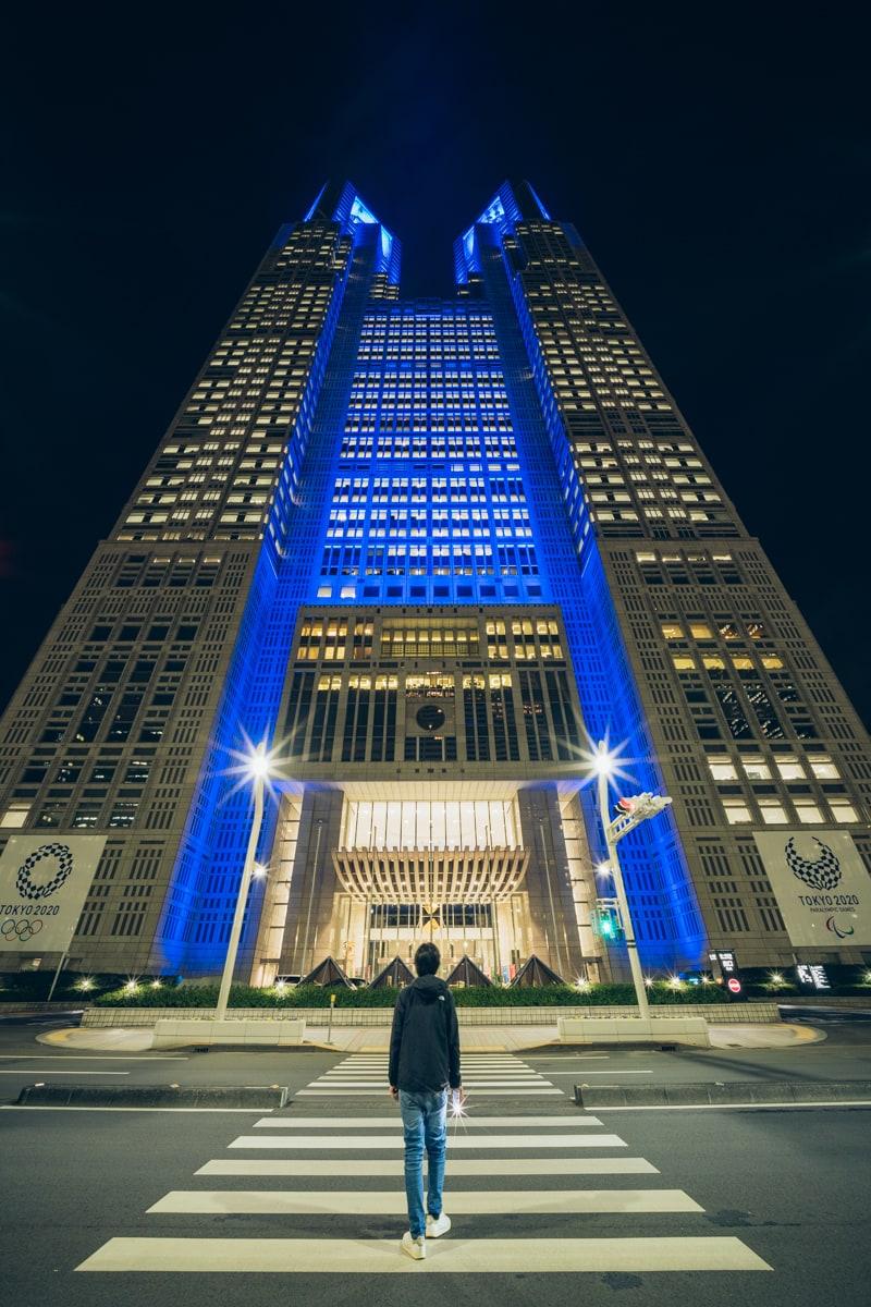 青くライトアップされる都庁第一庁舎を見上げた写真