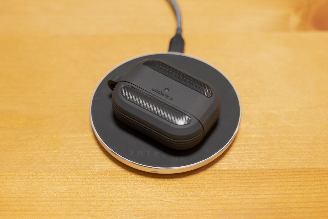 Spigen Airpods Pro ラギッドアーマーをつけた状態でワイヤレス充電している様子
