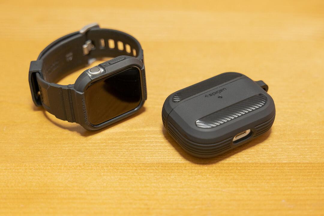 Spigen Airpods Pro ラギッドアーマーとApple Watchを並べた様子