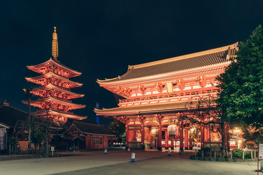 ライトアップされた浅草寺の音堂(本堂)