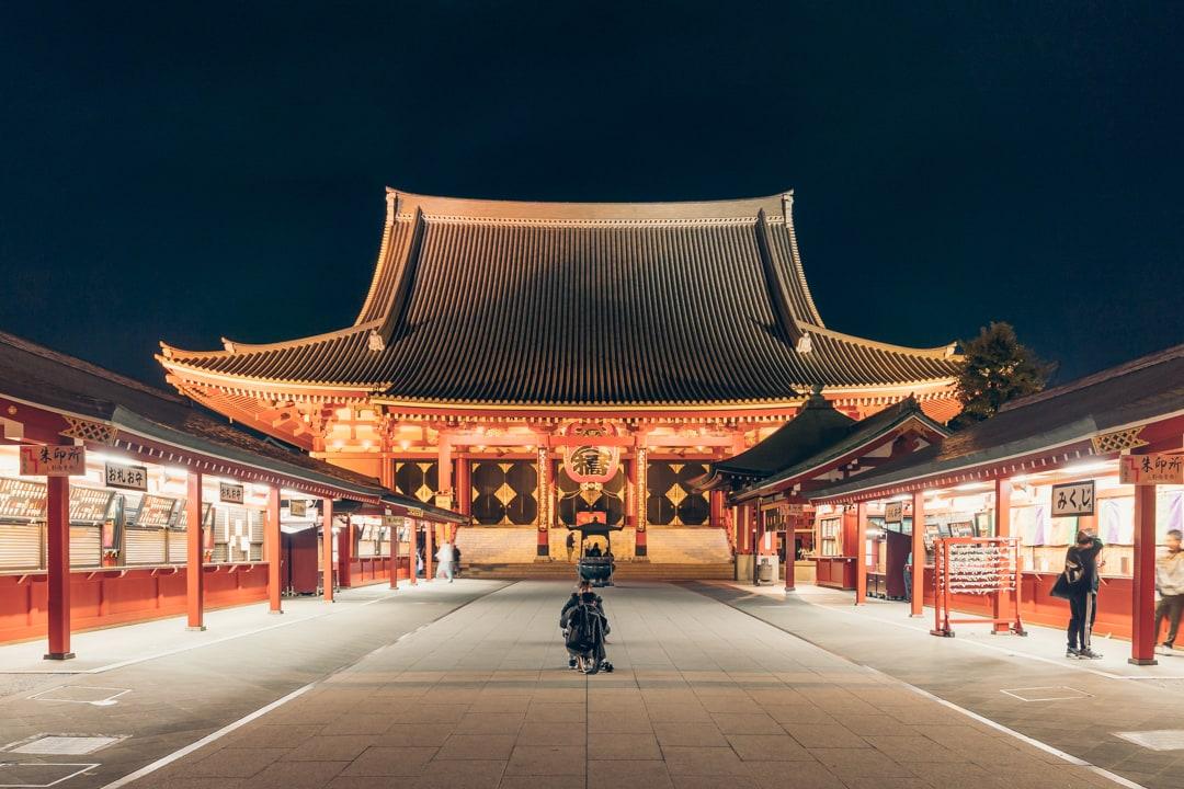ライトアップされた浅草寺の宝蔵門と五重塔