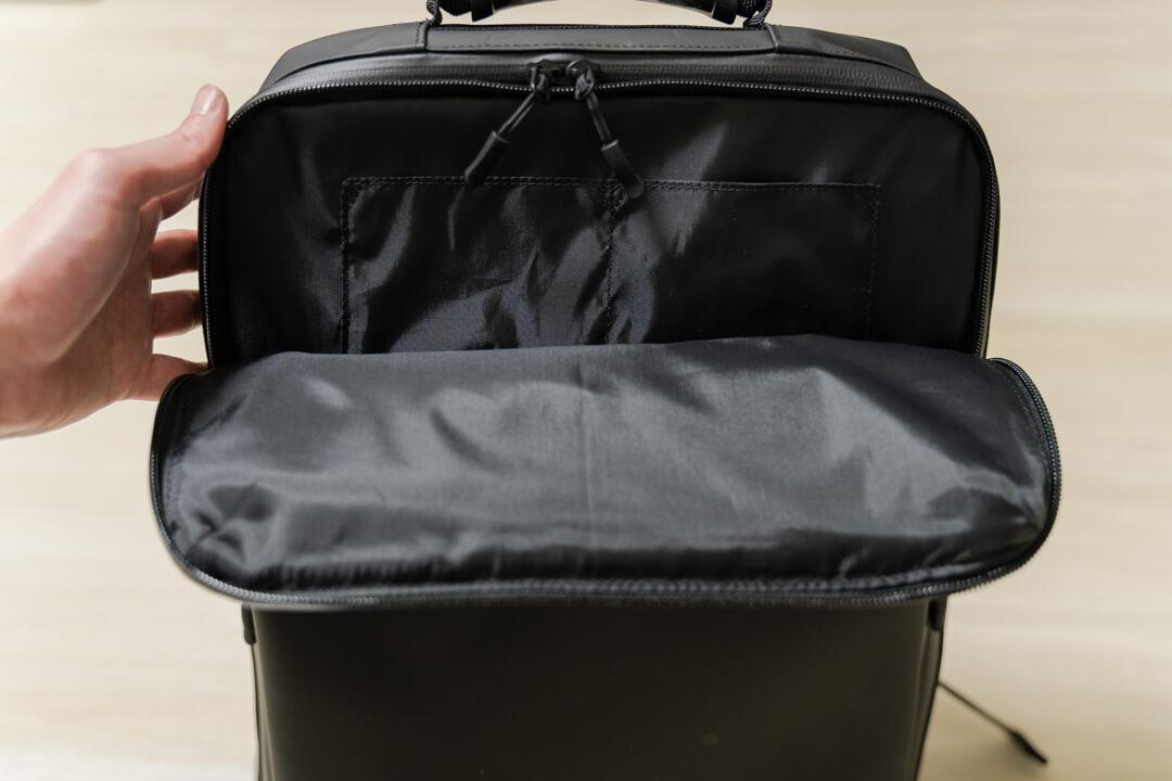 薄型ビジネスリュックマンセルの外装ポケット・上部