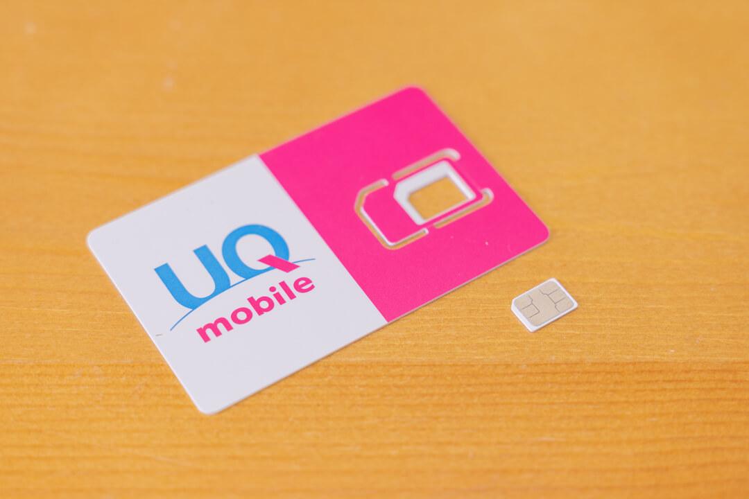 UQモバイルのSIMカードをiPhoneに入れ替える様子