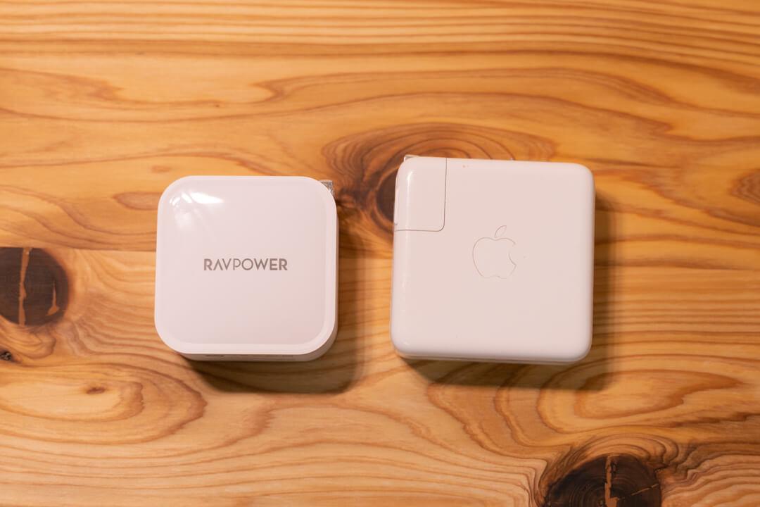 RAVPower RP-PC128とmacbook純正アダプタの大きさ比較