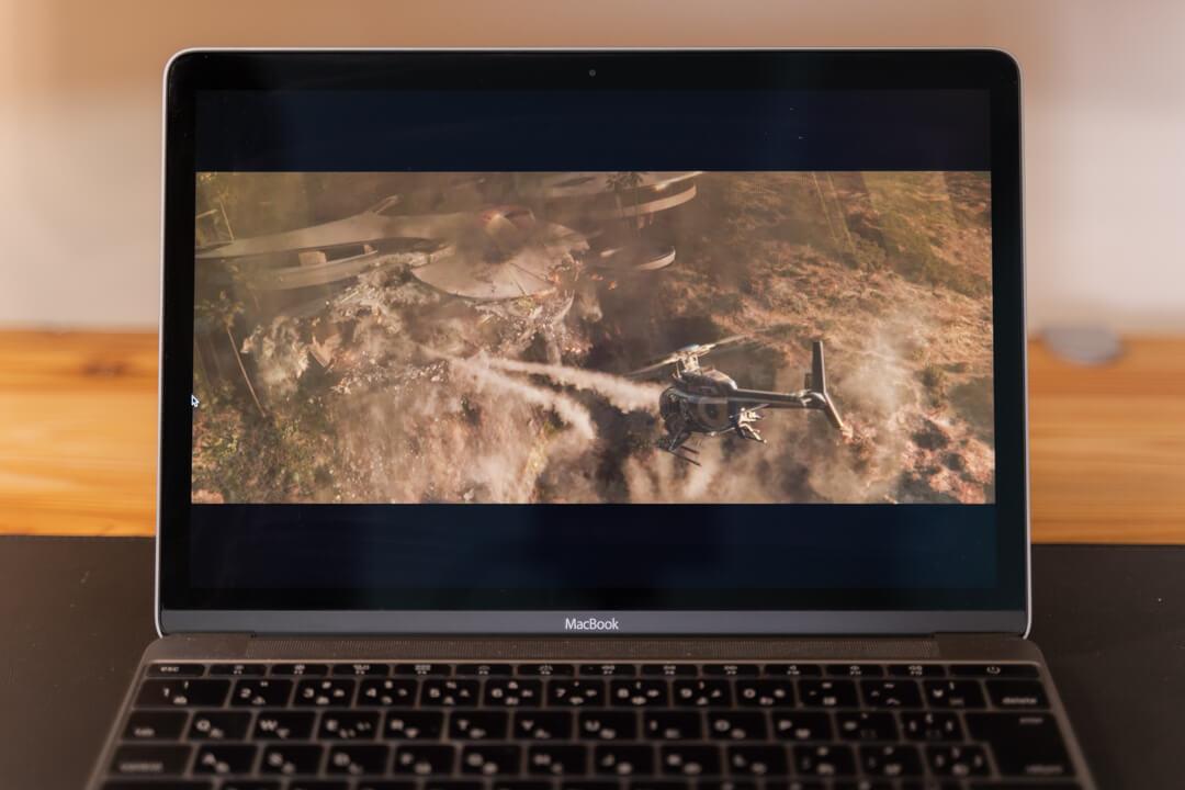 Macbookで映画を視聴している様子