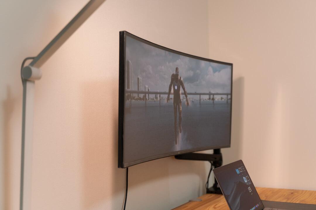 LGの34WL75C-Bでを視聴している様子