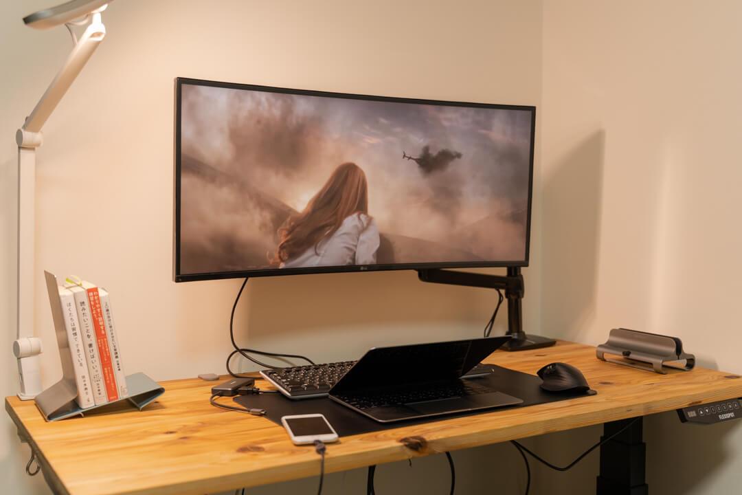 LGの34WL75C-Bで映画を視聴している様子