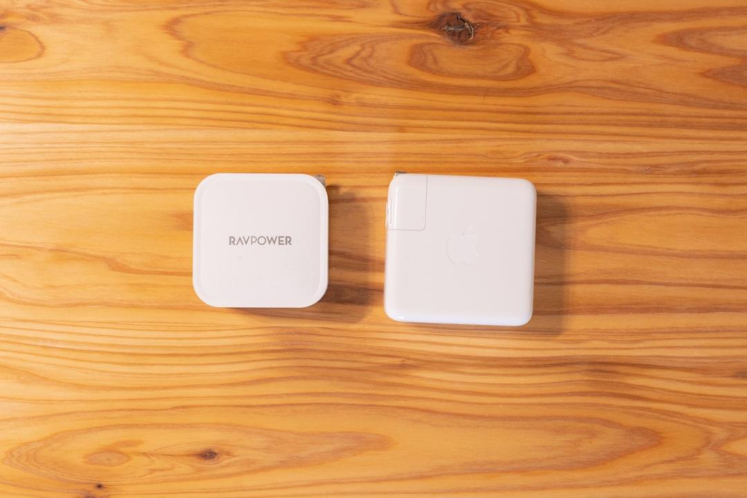 AVPower RP-PC128とMacBook純正アダプターの大きさ比較