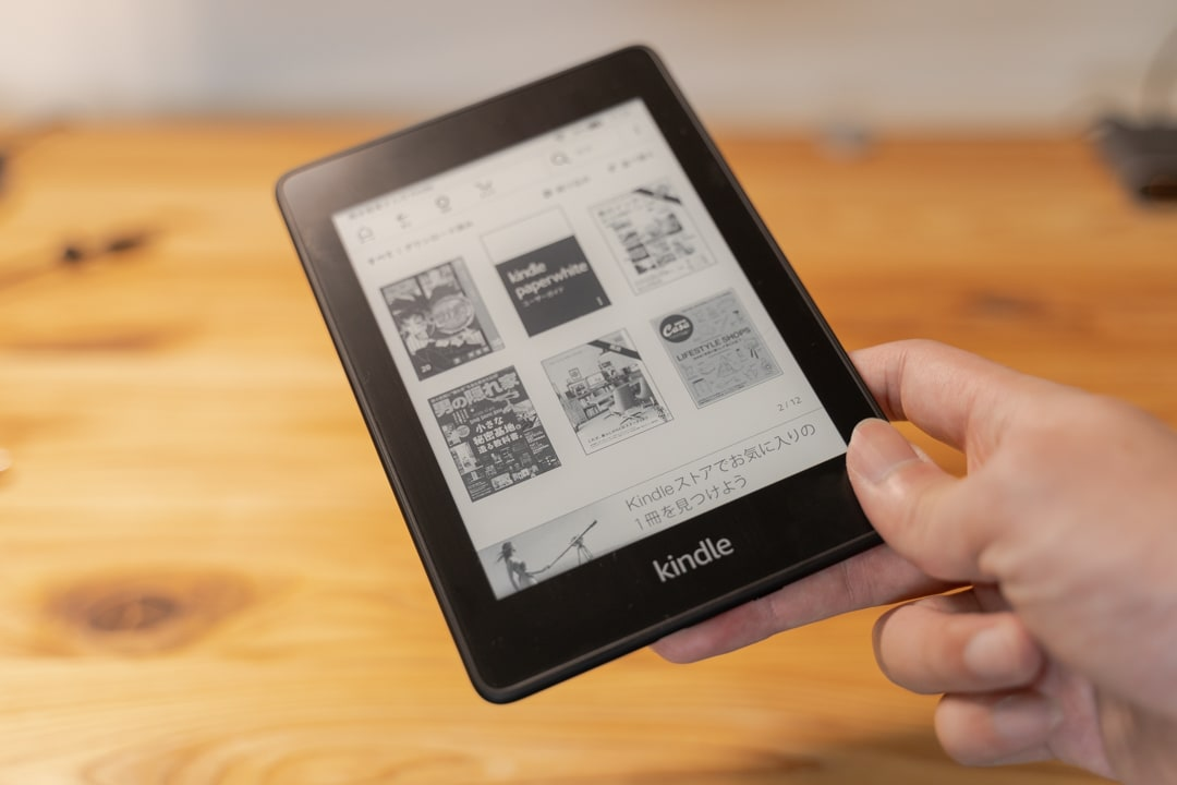 kindle paperwhiteを手に持っている様子
