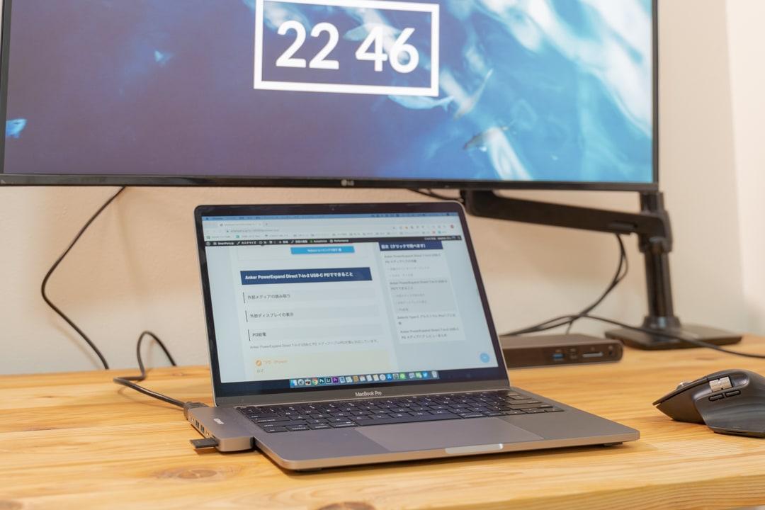 usb-cハブにHDMIケーブルを挿して外部ディスプレイを表示している様子
