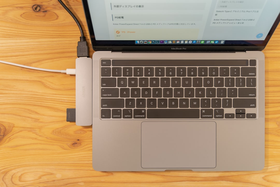 Anker PowerExpand Direct 7-in-2 USB-C PD メディアハブをMacBookにつなげて作業する様子