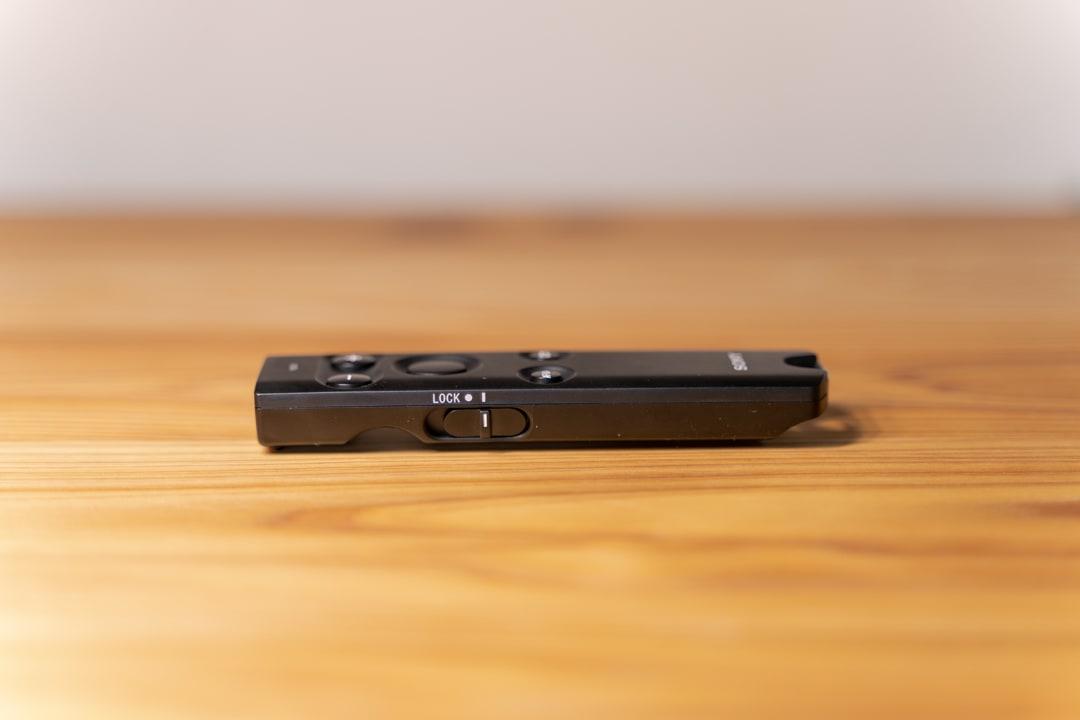 SONY純正のリモートコマンダーRMT-P1BTを横から撮影した写真