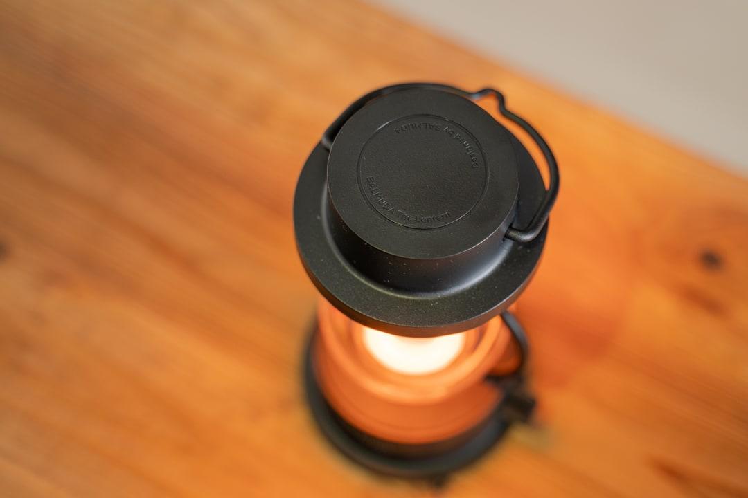 灯りを灯した状態のバルミューダのランタン