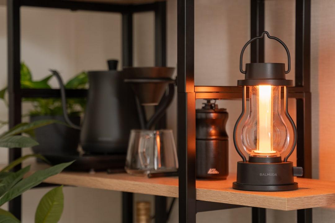 BALMUDA(バルミューダ) The Lanternを部屋のインテリアとして活用する様子