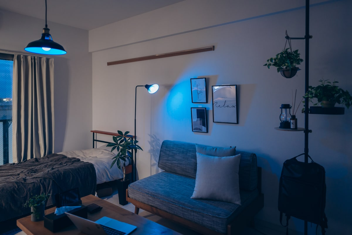 間接照明を置いた後の部屋の雰囲気