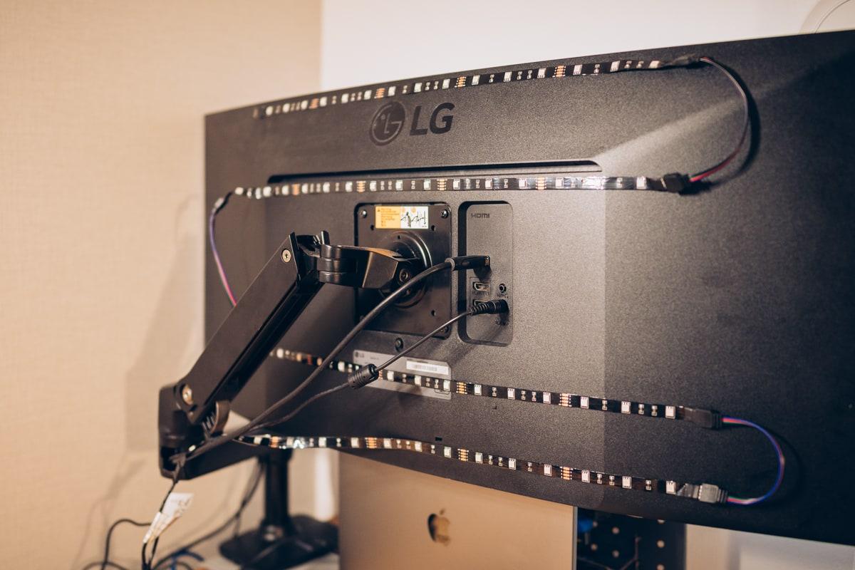 テレビ用LEDテープを貼り付ける様子